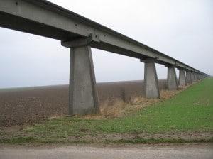 Une vue des voies de l'Aérotrain près d'Orléans